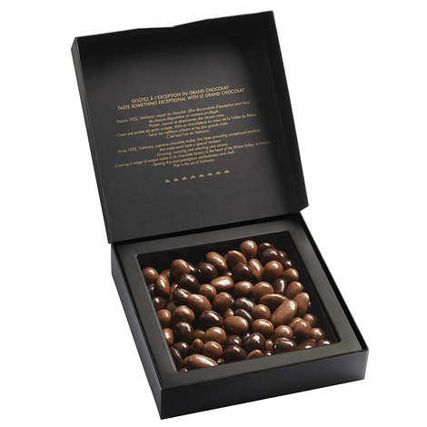 Valrhona - Coffret amandes et noisettes au grand cru chocolat noir et lait - Valrhona