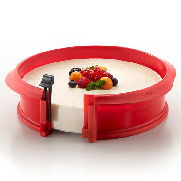 Silicone and ceramic round cake mould