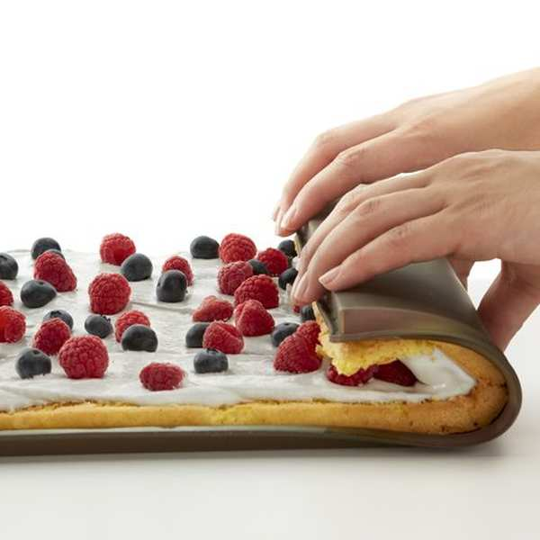 Silicone oven mat with anti-spill edging